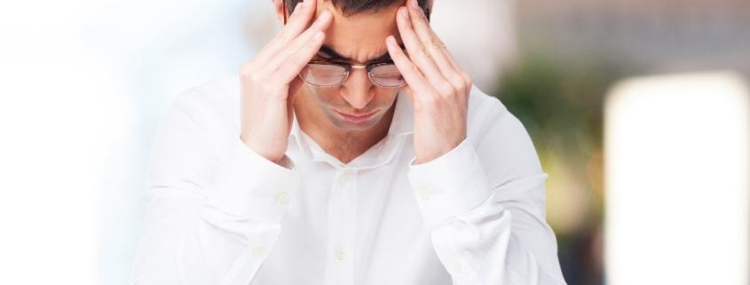 Una persona pensierosa con le mani sulla fronte